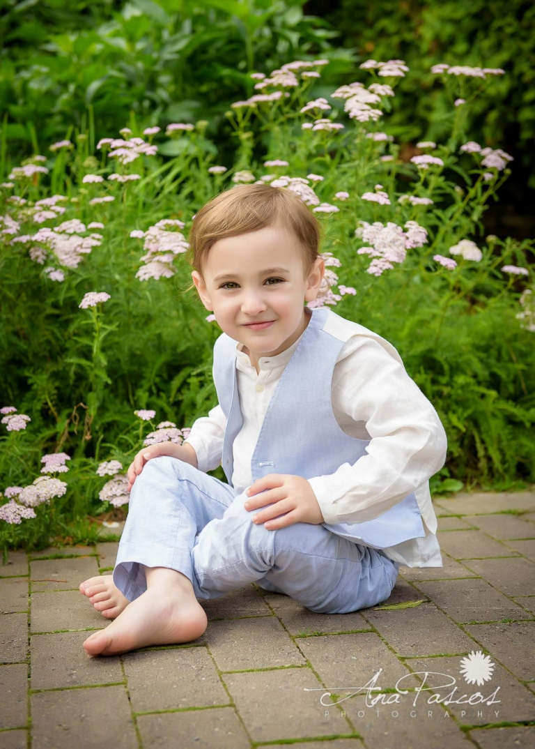 little-boy-poses-for-outdoor-family-portraits-in-toronto