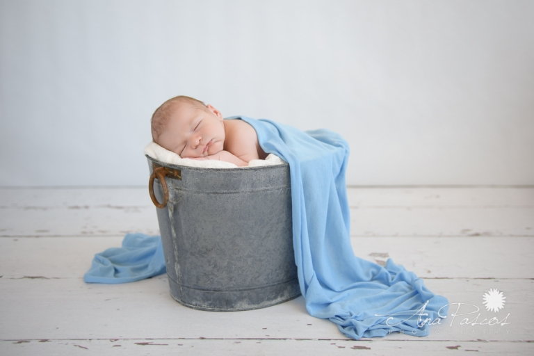 Best Toronto photographer takes picture of newborn baby blue